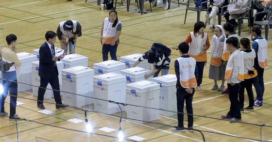 제19대 대통령선거가 마감된 9일 오후 대전 충무체육관에 마련된 대선 개표소에서 개표사무원들이 속속 도착하는 투표함을 확인하고 있다. 김성태 기자