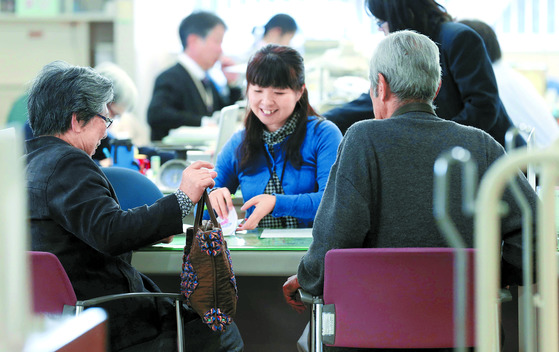 일본의 한 구청에서 상담받고 있는 노인 주민들. [중앙포토]