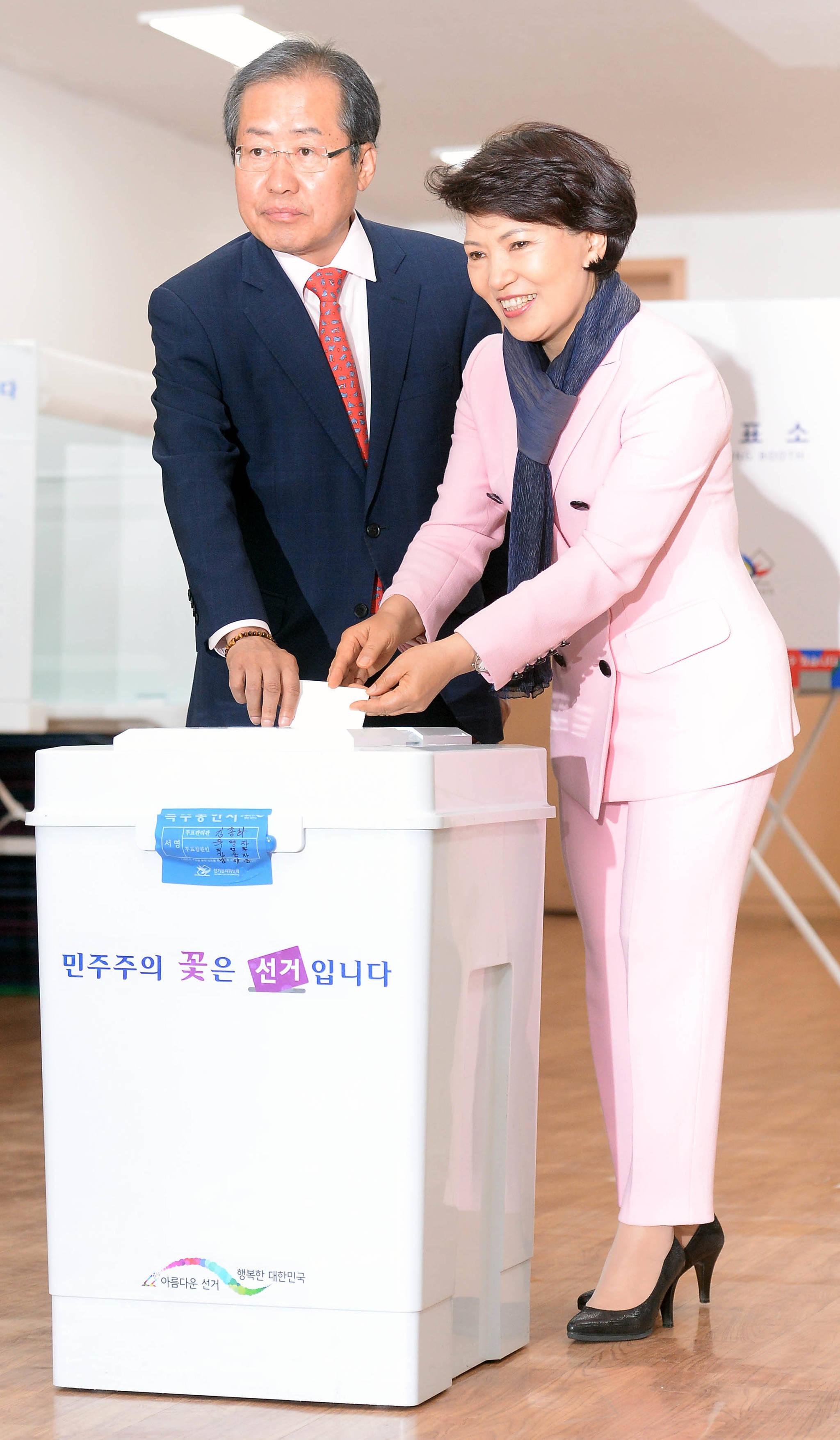 홍준표 자유한국당 후보가 9일 서울 잠실7동 송파문화원 투표소에서 부인 이순삼 씨와 함께 투표했다.강정현 기자
