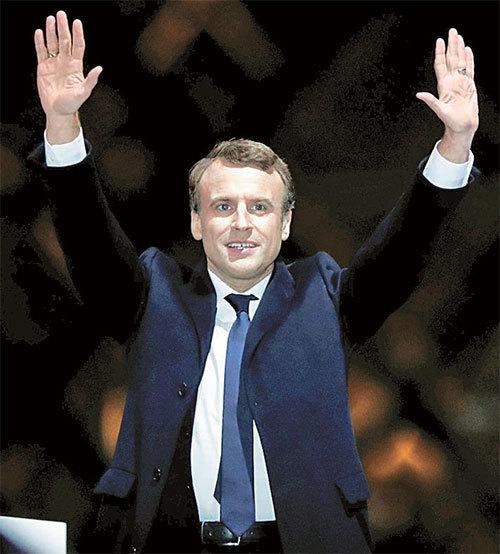 7일 프랑스 파리에서 대선 승리를 축하하는 에마뉘엘 마크롱 후보. [AP=뉴시스]
