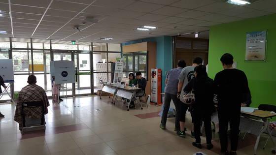 9일 오전 세종시 아름초등학교에 마련된 투표소에서 시민들이 투표용지를 받기 위해 줄을 서 있다. 세종=신진호 기자