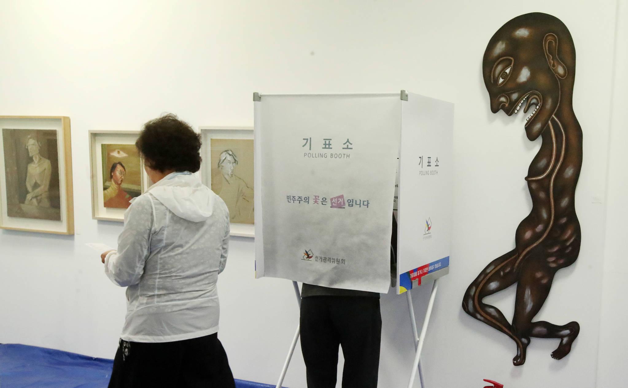 부산 수영구 민락동미광화랑 전시장에 마련된제2투표소에서 9일 유권자들이 투표하고 있다.송봉근 기자