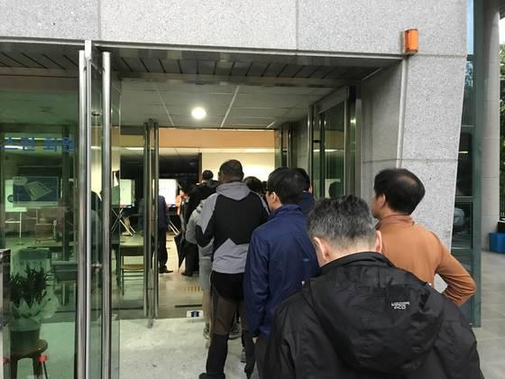 9일 오전 6시쯤 대구 달성군 화원중학교에 마련된 화원읍 제5투표소에서 시민들이 자신의 차례를 기다리고 있다. 대구=김정석기자