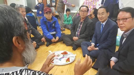 권민호 거제시장(오른쪽 둘째)이 9일 오후 문 후보의 고향마을인 남정마을을 찾아 주민과 대화를 나누고있다. 위성욱 기자