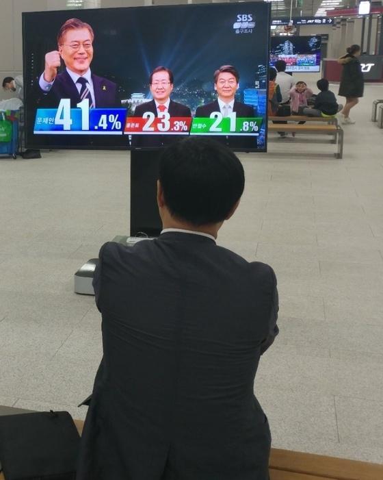 9일 오후 SRT동탄역에서 시민들이 방송3사 출구조사를 지켜보고 있다. 김민욱기자