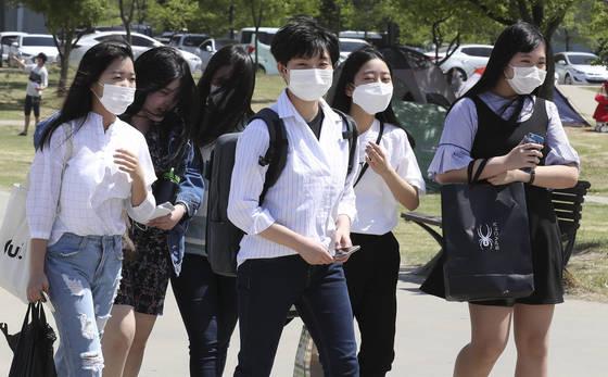 중국발 황사의 영향으로 전국의 미세먼지 농도가 '나쁨'을 보이는 가운데 7일 서울 여의도 한강공원에서 사람들이 마스크를 쓰고 강변을 걷고 있다. 임현동 기자