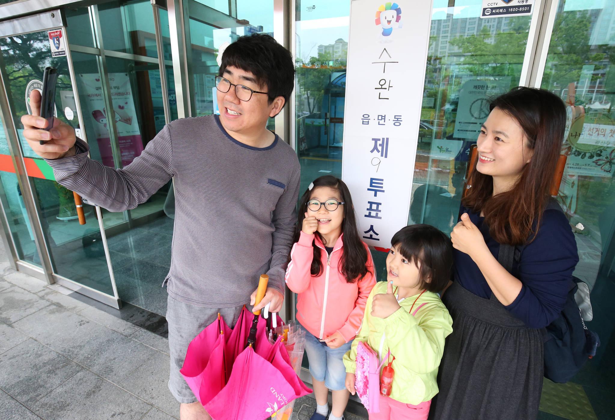 9일 오전 광주광역시 광산구 제9투표소가 마련된 수완동주민센터에서 투표를 마친 한 가족이 기념 촬영을 하고 있다. [프리랜서 장정필]