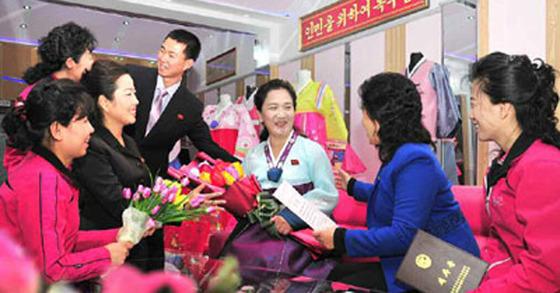 지난해 11월 16일 북한의 '어머니날'을 맞아 축하를 받는 북한 주민의 모습. [사진 노동신문]