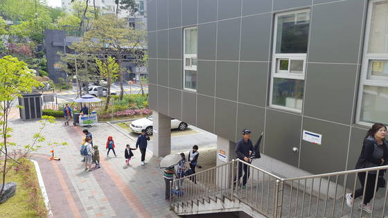 9일 오전 세종시 아름동 아름중학교 강당에 마련된 투표소에서 시민들이 투표를 하기 위해 계단을 오르고 있다. 세종=신진호 기자