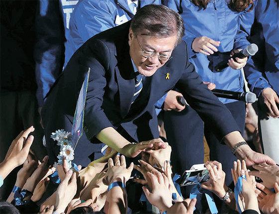 8일 문재인 더불어민주당 후보가 서울 광화문광장에서(왼쪽 사진부터) 지지자들을 만나고 있다. [오종택 기자]