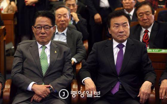 박지원 대표 등 국민의당 지도부가 출구조사를 지켜보고 있다. 박종근 기자