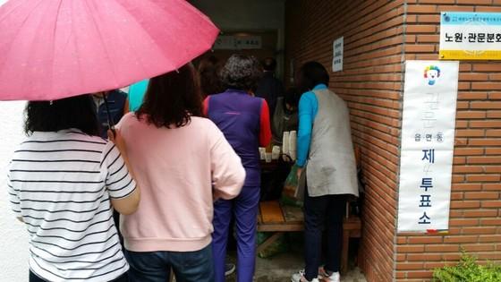 9일 오전 대구 북구 관문동 제4투표소에서 시민들이 투표를 하기 위해 기다리고 있다. 대구=김윤호기자