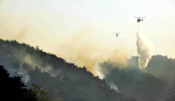 지난 6일 강릉시 성산면에서 산불이 발생해 이틀째 진화작업이 이어진 가운데 7일 오전 성산면 보광리의 한 야산에서 소방헬기가 진화작업을 벌이고 있다. 강원일보제공