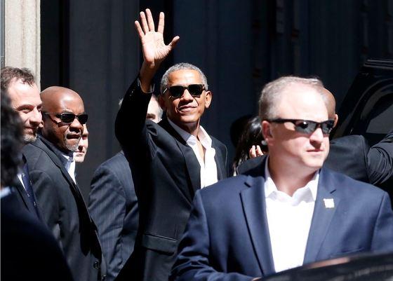 8일 이탈리아 밀라노를 방문한 버락 오바마 전 미국 대통령이 호텔 앞에서 손을 흔들고 있다. [AP=뉴시스]