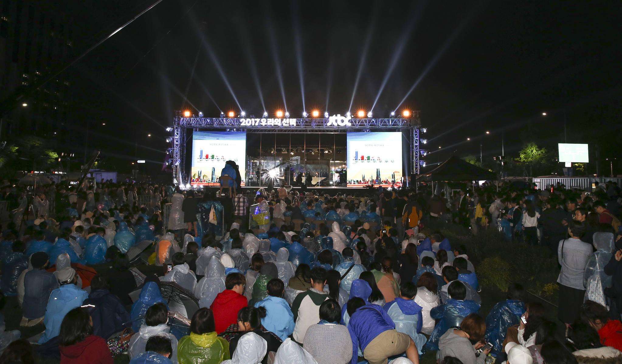 제19대 대통령선거일인 9일 오후 서울 광화문광장 JTBC 개표방송부스 앞에서 많은 시민들이 개표방송을 지켜보고 있다. 임현동 기자