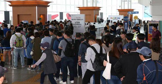 19대 대통령 선거 사전투표 이틀째인 5일 서울 중구 서울역에서 많은 인파가 투표를 하기위해 줄지어 서 있다. 임현동