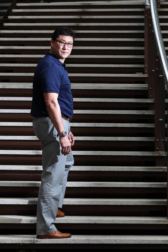 """백지선 아이스하키대표팀 감독의 집 앞에는 33개의 계단이 있다. 그에게 """"한국 아이스하키가 계단 어디쯤이냐""""고 물었다. 그는 맨 아래 칸으로 가서 선 뒤 """"한국 아이스하키는 이제 출발선에 섰다""""고 말했다. 오를 일만 남았고 꼭 올려놓겠다는 그의 각오였다.김경록 기자"""