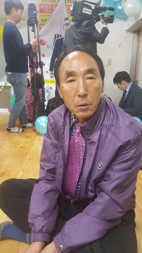 울산에 사는 문재인 후보의 친구 신해진(65)씨가 남정마을을 찾아 고향에서 있었던 문 후보와의추억을 회상하고 있다. 위성욱 기자