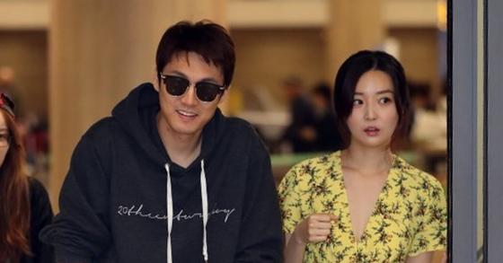 지난달 30일 결혼한 아나운서 커플 오상진·김소영 부부가 신혼여행을 마치고 9일 오후 인천국제공항을 통해 귀국했다. 오상진 부부가 입국장에 들어서고 있다. [일간스포츠]