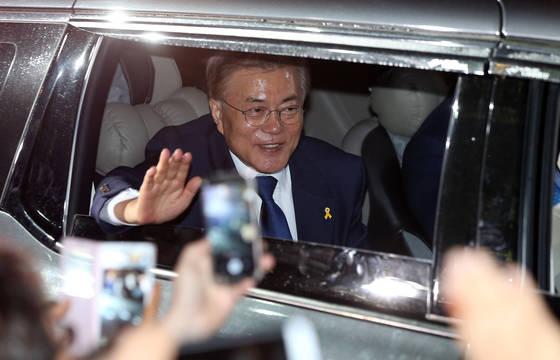 사전투표에서 앞도적 표차이를 보인 문재인 후보가 9일 오후 민주당사 방문을 마친 뒤 주민들의 환호 속에 서울 서대문구 연희로 자택으로 돌아오고 있다.