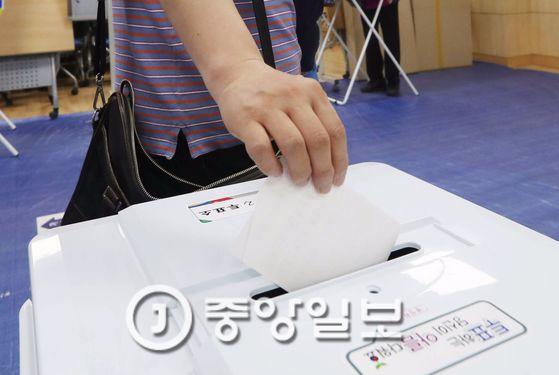 제19대 대통령선거일인 9일 오전 서울 관악구 보라매동 당곡중학교에 마련된 제2투표소에서 한 시민이 투표하고 있다. 김경록 기자 / 20170509