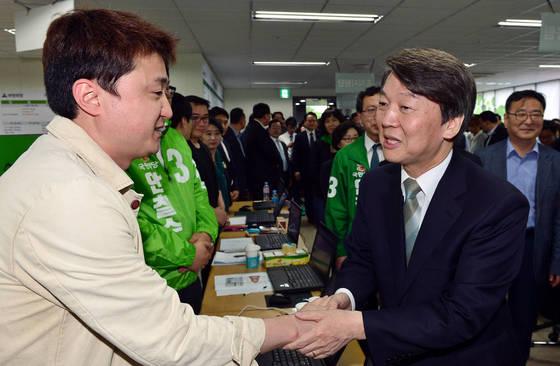 안철수 국민의당 대선후보가 9일 오후 서울 여의도 당사에서 당직자들과 인사를 하고 있다.