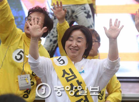 12시간 필리버스킹 유세에 들어간 정의당 심상정 대선 후보가 8일 서울 서대문구 유플렉스 광장에서 마지막 유세를 하고 있다. 김상선 기자