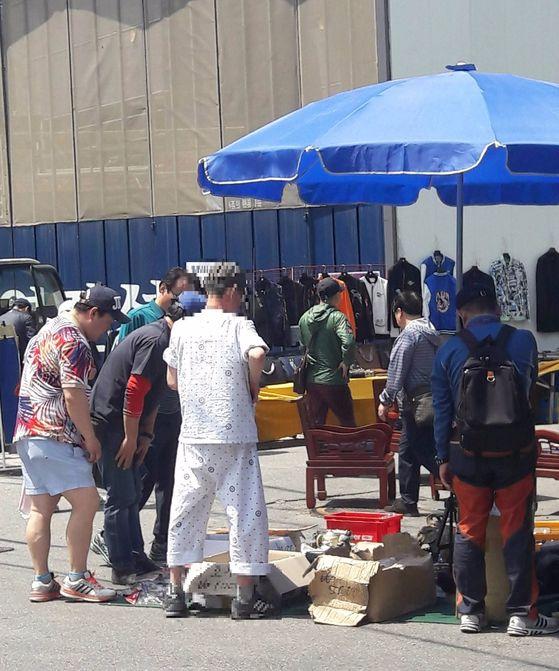 지난 3일 오후 서울 동대문구의 한 병원을 나선 환자가 인근 시장에서 물건을 구경하고 있다. [박정렬 기자]