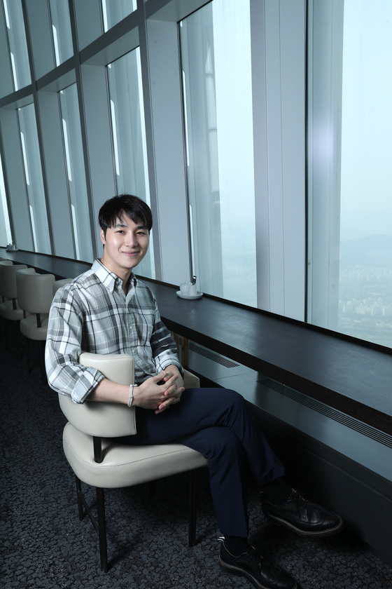 롯데월드타워 123층에서 만난 공간 디자이너 양태오. 사진 전민규 기자