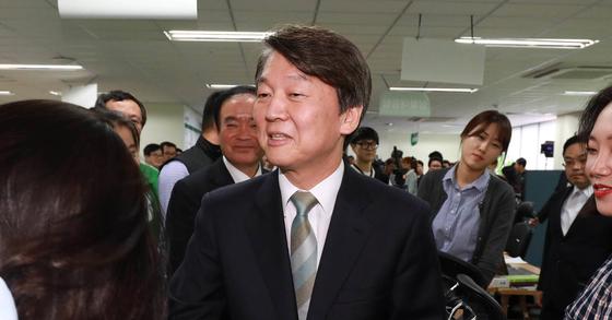 안철수 국민의당 대선후보가 제19대 대통령 선거일인 9일 오후 서울 여의도 국민의당 당사를 방문해 대선캠프 관계자들과 당직자들을 격려하고 있다.