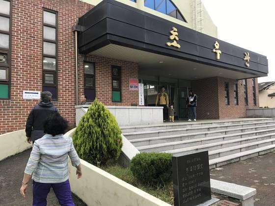 제19대 대통령 선거가 치러진 9일 경북 성주군 초전면 초전중학교에 마련된 초전면 제2투표소에서 주민들이 투표장을 드나들고 있다. 성주=김정석기자