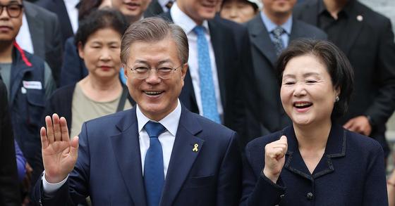 문재인 더불어민주당 대선 후보가 9일 오전 서울 홍은중학교 투표소에서 부인 김정숙씨와 함께 투표를 마친 뒤 손을 들고 있다. 오종택 기자