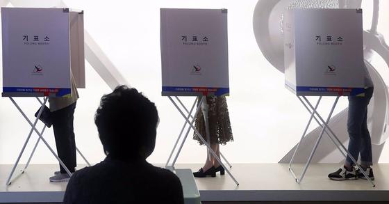 제19대 대통령선거일인 9일 오후 서울 서초구 한 가구전시장에 마련된 반포1동 제5투표소에서 시민들이 투표하고 있다. 사진 김경록 기자