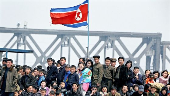 자유아시아방송은 중국이 대북제재 수단의 일환으로 북중교역의 상징인 압록강철교 잠정폐쇄를 검토하고 있다도 보도했다. [로이터]