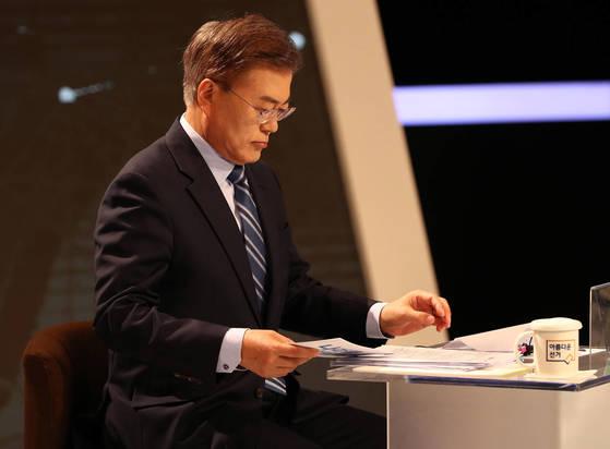 대선 TV토론을 준비 중인 문재인 당시 후보. [중앙포토]