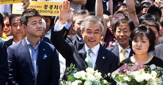 지난 2012년, 문재인 대통령이 대선 출마를 선언할 당시 함께 단상에 섰던 아들 준용씨(왼쪽). [중앙포토]