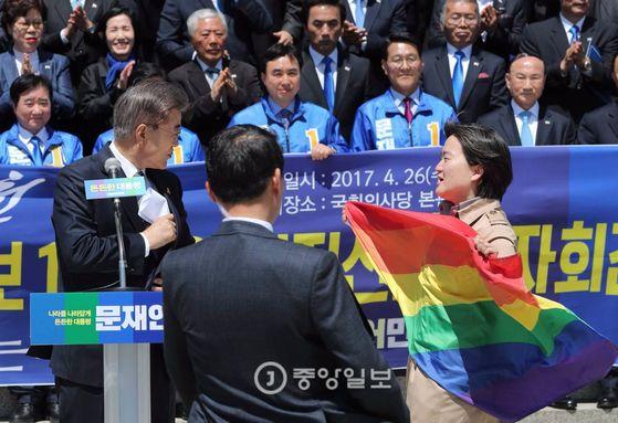 문재인 대통령의 '동성애 반대' 발언 이튿날, 성소수자 인권단체 회원이 기자회견 단상에 올라 항의하고 있다. [중앙포토]