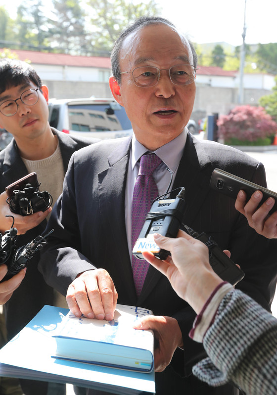 출근길에서 손편지를 공개한 송민순 전 외교부 장관. [중앙포토]