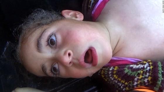 지난달 4일(현지시간) 시리아 북부 이들리브주 칸셰이칸 주택가에서 발생한 사린가스 추정 화학무기 공격으로 숨져가는 민간인들을 담은 영상을 CNN이 8일 독점 공개했다. [사진 CNN 캡처]
