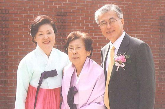 지난 2010년 3월 부산의 한 성당에서 진행된 문 당선인의 딸 다혜(34)씨 결혼식 때 강씨(가운데)가 문 당선인 부부와 함께 찍은 기념사진.