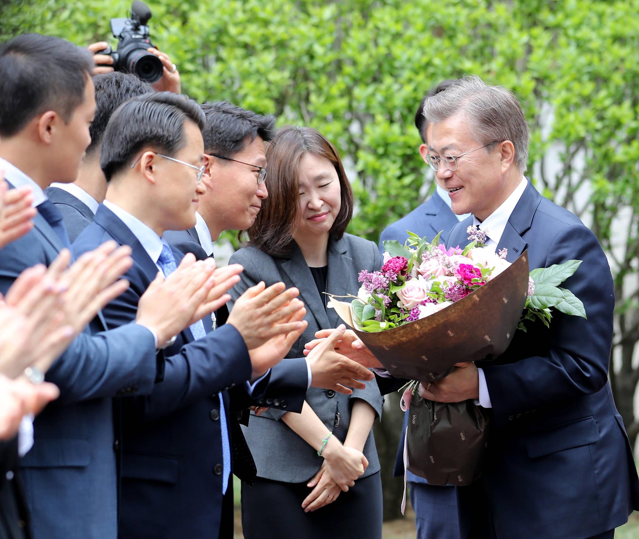 문재인 대통령이 10일 오후 취임식을 마친 뒤 청와대에 도착, 직원들과 인사하고 있다. 청와대사진기자단
