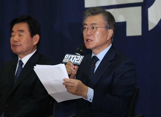 문재인 대통령이 지난 3월 13일 더문캠 일자리위원회 발족식에서 주요 일자리 창출 공약을 발표하고 있다. [중앙포토]