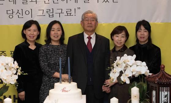 아버지 김창주씨의 팔순 잔치에서 찍은 가족사진. 왼쪽부터 둘째 상아씨, 첫째 상희씨, 아버지 김창주씨, 막내 윤경씨, 셋째 은경씨. [사진 김윤경씨]
