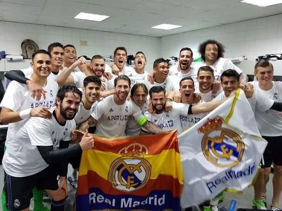 레알 마드리드 선수들이 올 시즌 유럽챔피언스리그 결승행을 확정지은 뒤 라커룸에서 기념촬영으로 자축했다. [사진 레알 마드리드 페이스북]