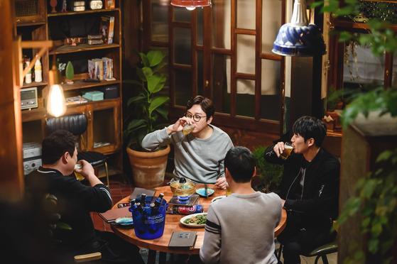 연예인과 술 마시며 토크를 진행하는 tvN '인생술집'.  [사진제공=tvN]