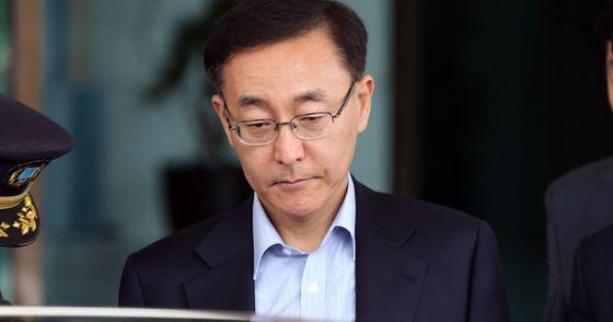 김수남 검찰총장이 11일 오후 점심식사를 하기위해 대검찰청을 나와 승용차에 탑승하고 있다. 우상조