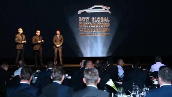 현대자동차 2017 전세계 대리점 대회 개최에서 현대자동차 디자인담당 루크 동커볼케 전무(왼쪽부터), 피터 슈라이어 디자인총괄 사장, 이상엽 상무가 발표하는 모습. [현대차]