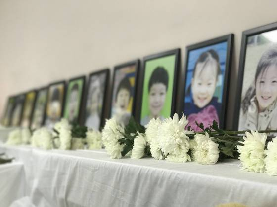 중국 웨이하이 유치원 통학버스 화재참사 희생자 12명을 기리는 합동분향소가 11일 현지에 마련됐다. [웨이하이 신경진 특파원]