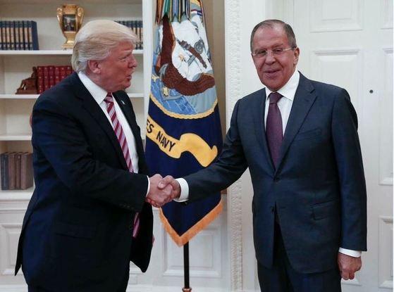 10일 미국 백악관에서 도널드 트럼프 대통령(왼쪽)과 세르게이 라브로프 러시아 외무장관이 만났다. [AP=뉴시스]