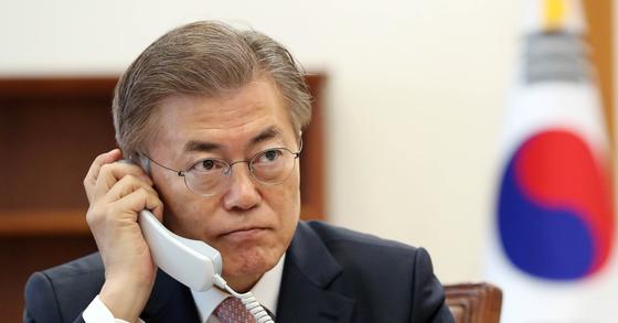 문재인 대통령이 11일 청와대 집무실에서 중국 시진핑 국가주석으로부터 걸려온 대통령 당선 축하 전화를 받고 있다. [사진 청와대 제공]